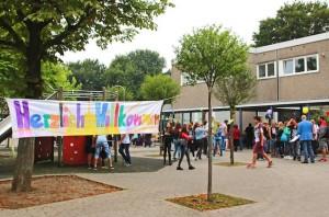 Schüler der Paul-Dohrmann-Schule Dortmund begrüßen zum Schulanfang mit einem Willkommen-Plakat